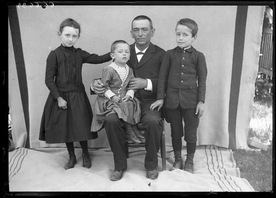 Portrait de famille en noir et blanc au débuts des années 1900